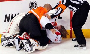 В НХЛ собираются запретить драки вратарей (видео драки Эмери-Холтби)
