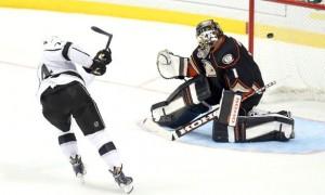 Хоккеисты «Анахайма» и «Лос-Анджелеса» в течение 10 минут не могли реализовать буллиты (видео)