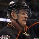 Очередной гол года в НХЛ, Кори Перри забрасывает, стоя на коленях (видео)